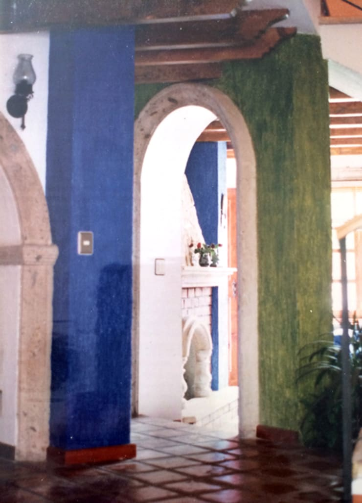 Pasillo: Pasillos y recibidores de estilo  por Base-Arquitectura