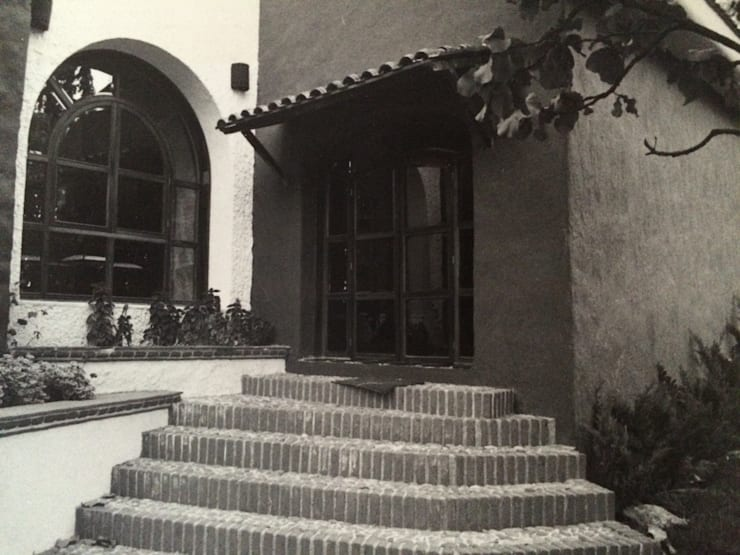 Ventanal Sala: Pasillos y recibidores de estilo  por Base-Arquitectura