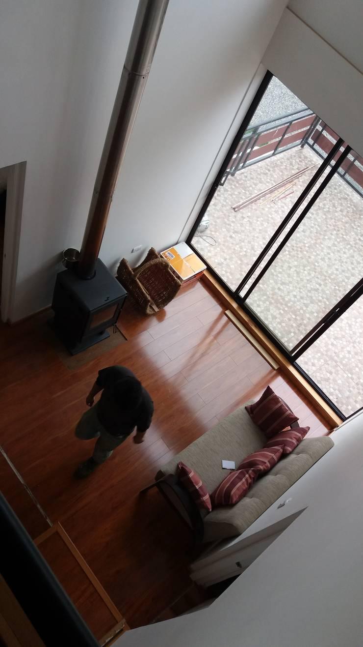 Rehabilitación de vivienda en la localidad de Penco: Pasillos y hall de entrada de estilo  por ARQUITECTURA E INGENIERIA PUNTAL LIMITADA