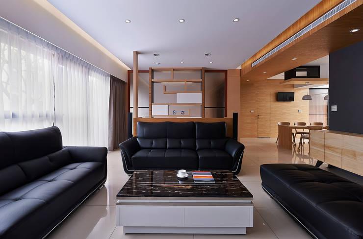 小坪數多元木活躍休閒風:  客廳 by 瓦悅設計有限公司
