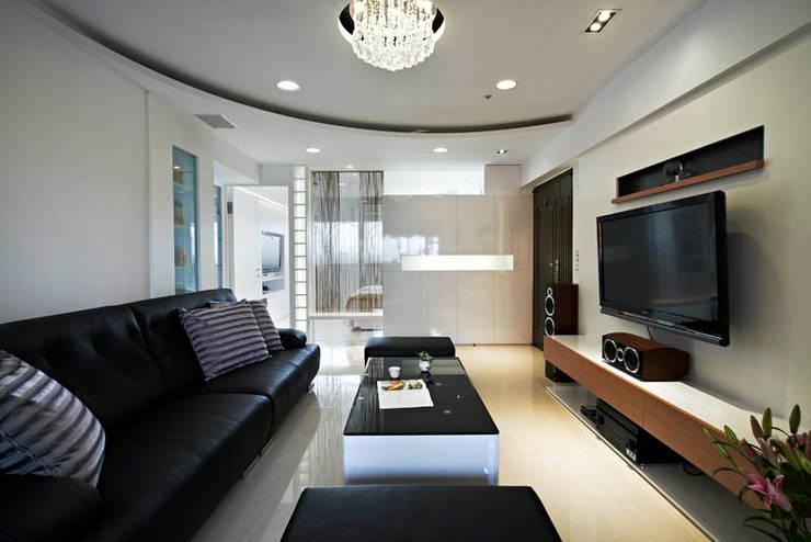 小坪數大空間現代純淨宅:  客廳 by 瓦悅設計有限公司