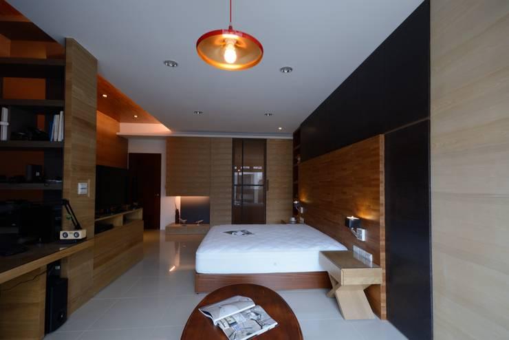 別墅設計多元木大塊空間意象:  臥室 by 瓦悅設計有限公司