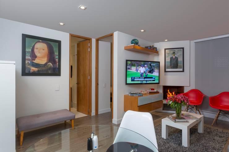 Apto Cll 62 - Cr 4 : Salas multimedia de estilo moderno por Bloque B Arquitectos