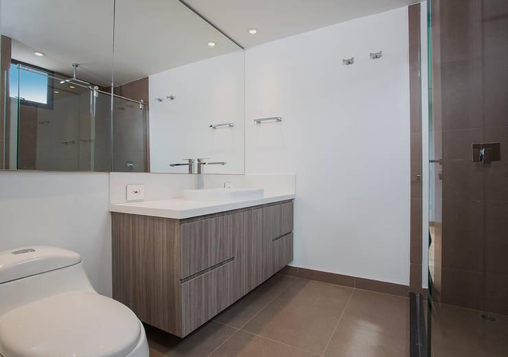 Apto Cr 12 - Cll 102: Baños de estilo moderno por Bloque B Arquitectos