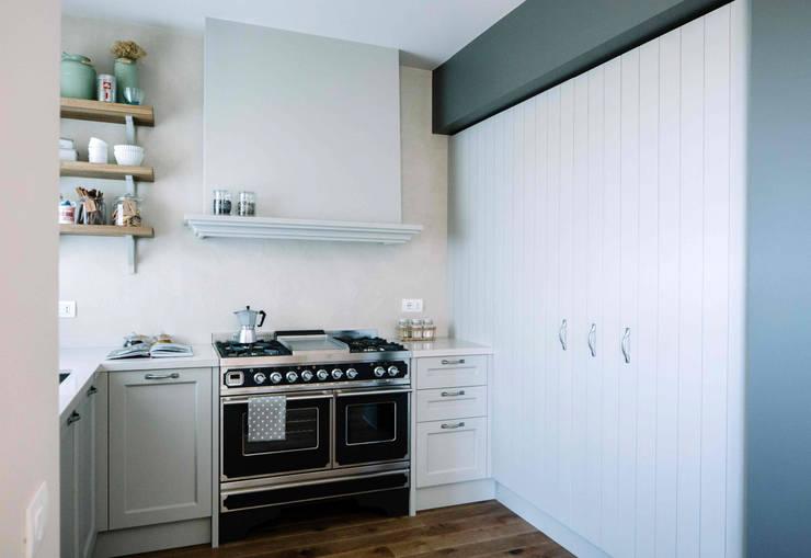 """cucina con """"blocco fuochi"""" professionale: Cucina in stile  di Studio Perini Architetture"""