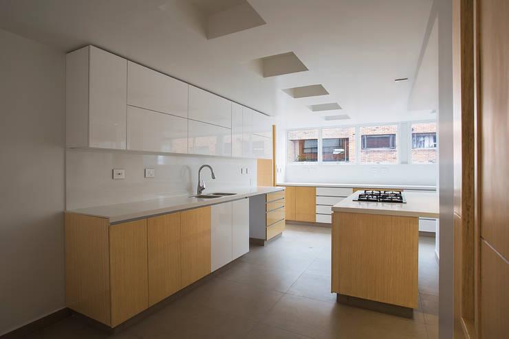 Apto Cll 77 - Cr 9: Cocinas de estilo  por Bloque B Arquitectos
