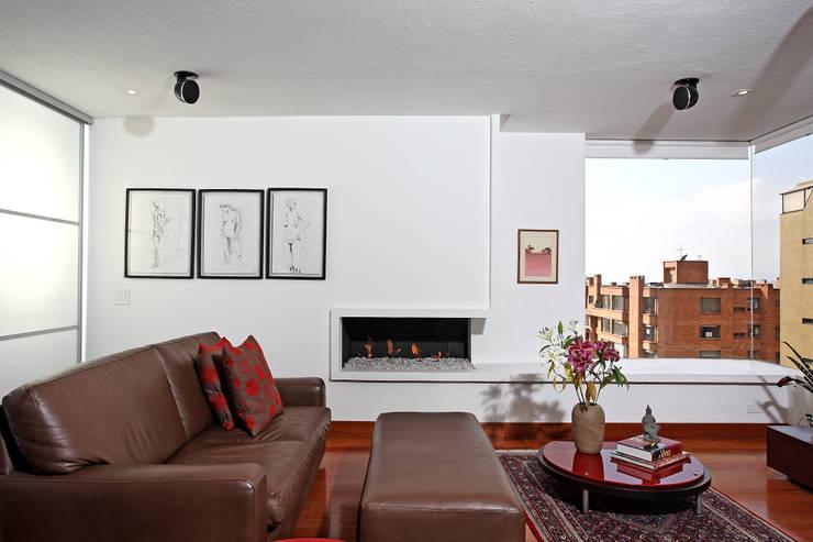 Apto Cr 1 - Cll 74: Estudios y despachos de estilo minimalista por Bloque B Arquitectos