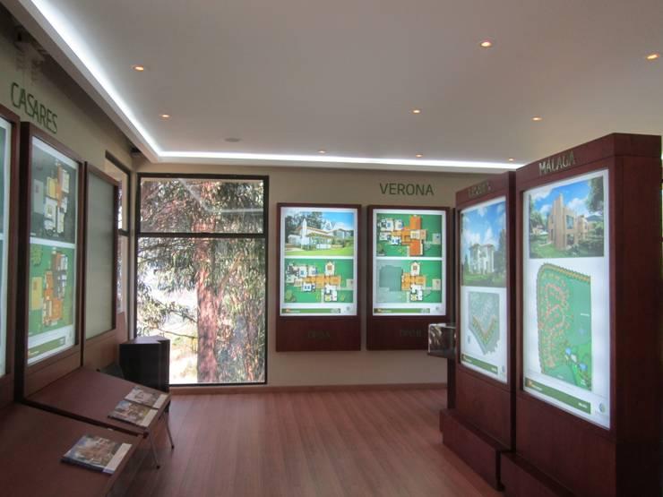 Sala de Ventas Proyecto Encenillos de Sindamanoy  Pedro Gómez y Cia : Espacios comerciales de estilo  por Bloque B Arquitectos