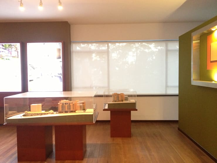Sala de Ventas Proyecto Serranía de los Nogales Pedro Gómez y Cia : Espacios comerciales de estilo  por Bloque B Arquitectos