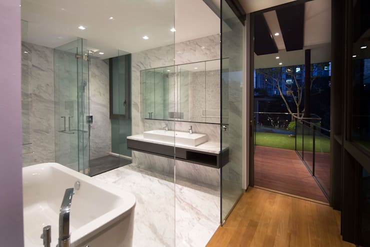 Paterson 3:  Bathroom by AR43 Architects Pte Ltd