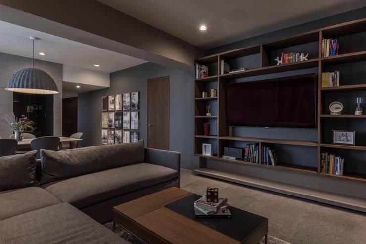 FAMILY ROOM: Estudios y oficinas de estilo  por hpernett