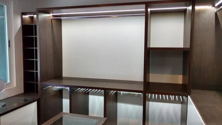 closet: Vestidores y closets de estilo  por DUOBUS M + L arquitectos