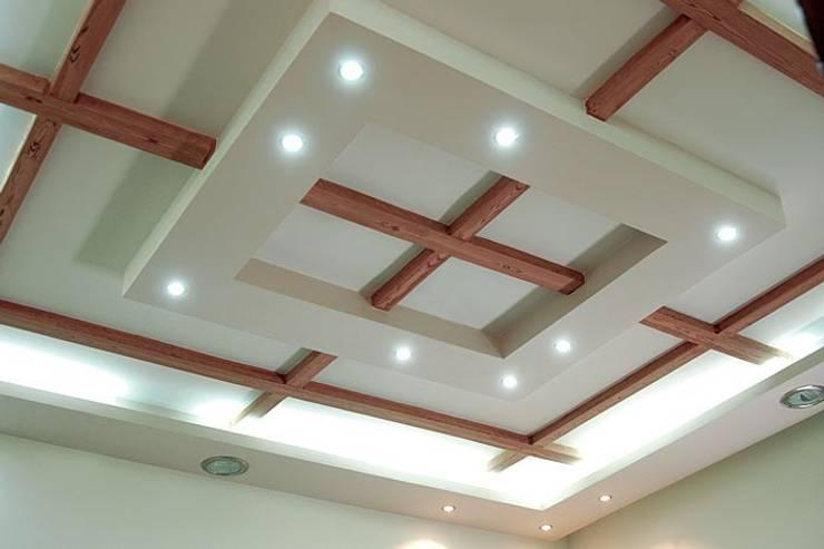 أسقف معلقه مطعم بحواجز خشبيه:  المنزل تنفيذ كاسل للإستشارات الهندسية وأعمال الديكور في القاهرة