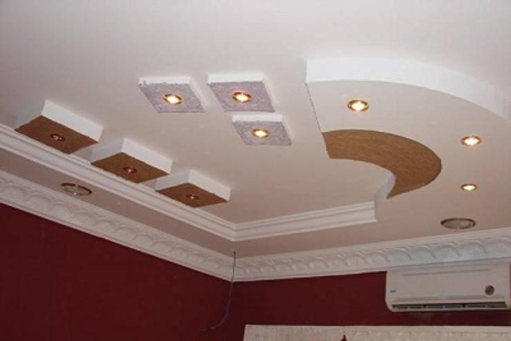 أسقف معلقة شركة كاسل وإضاءات مخفيه:  غرفة المعيشة تنفيذ كاسل للإستشارات الهندسية وأعمال الديكور في القاهرة