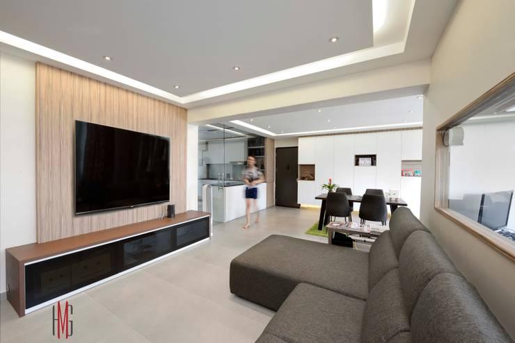 Modern Scandinavian HDB Apartment:  Living room by HMG Design Studio