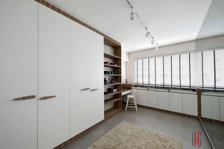 Modern Scandinavian HDB Apartment:  Dressing room by HMG Design Studio