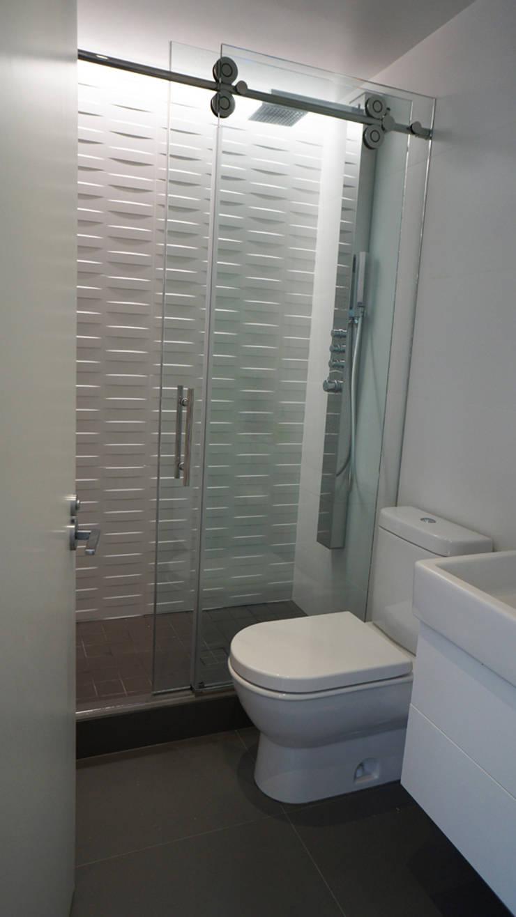 Brooklyn Gut Renovation :  Bathroom by Atelier036