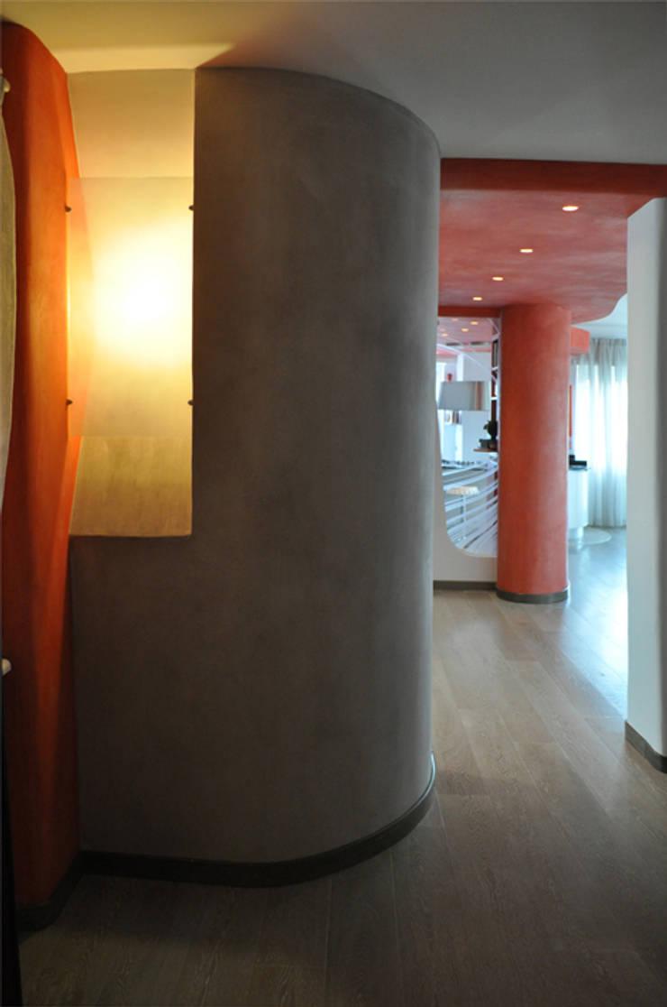 Ingresso. Lampada a muro: Ingresso & Corridoio in stile  di Claudio Renato Fantone Architetto - laboratorio di architettura olistica,