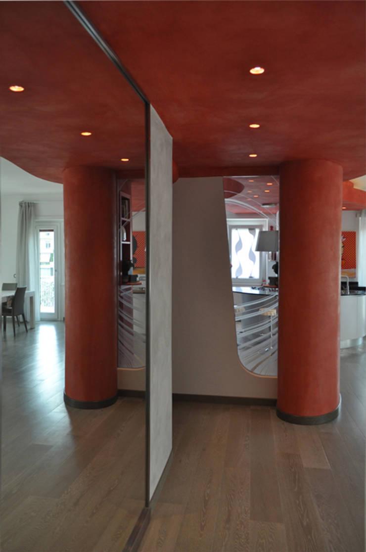 riflessi: Ingresso & Corridoio in stile  di Claudio Renato Fantone Architetto - laboratorio di architettura olistica,