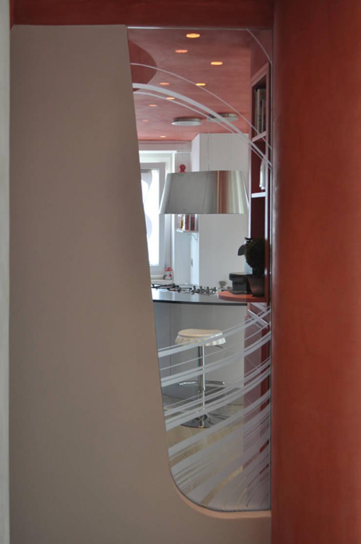 compenetrazioni visive : Cucina in stile  di Claudio Renato Fantone Architetto - laboratorio di architettura olistica,