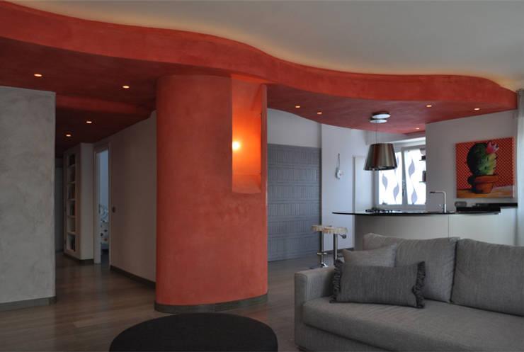 Soggiorno con isola cucina: Soggiorno in stile  di Claudio Renato Fantone Architetto - laboratorio di architettura olistica,