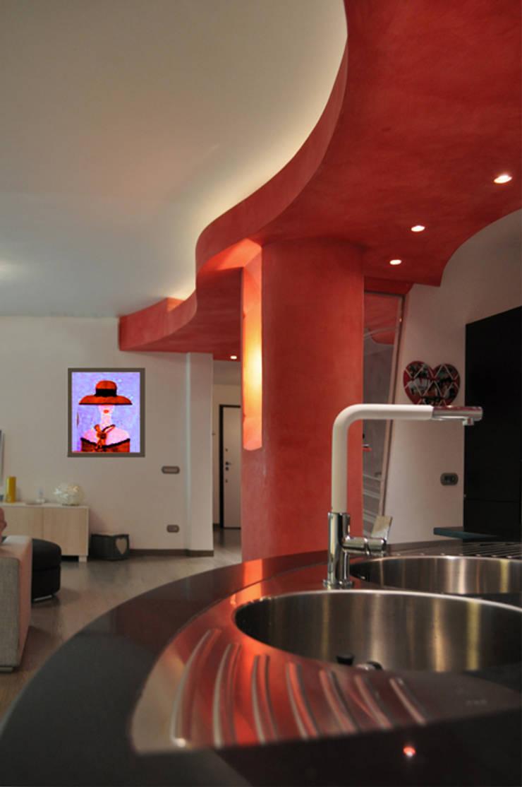 vista dal'isola cucina: Soggiorno in stile  di Claudio Renato Fantone Architetto - laboratorio di architettura olistica,