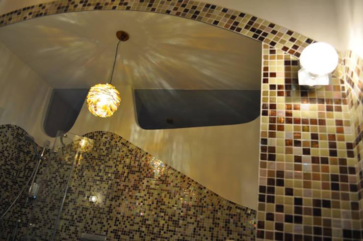 compenetrazioni visive : Bagno in stile  di Claudio Renato Fantone Architetto - laboratorio di architettura olistica,