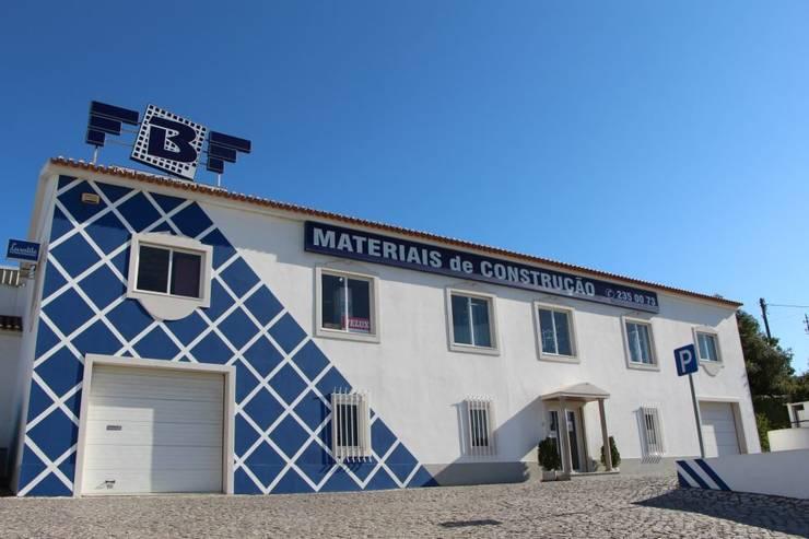 Showroom: Lojas e espaços comerciais  por FBF materiais de construção