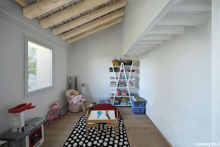 CA' VASOIN: Stanza dei bambini in stile  di  michele gambato  architetto, mgark
