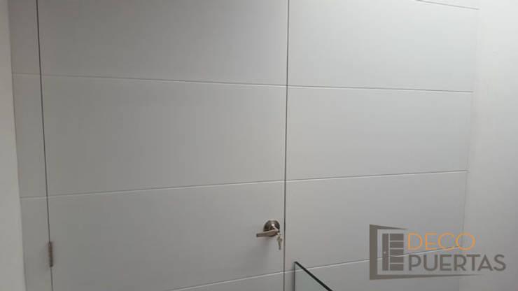 Puerta con panel fijo completo en toda la pared: Ventanas de estilo  por DECOPUERTAS