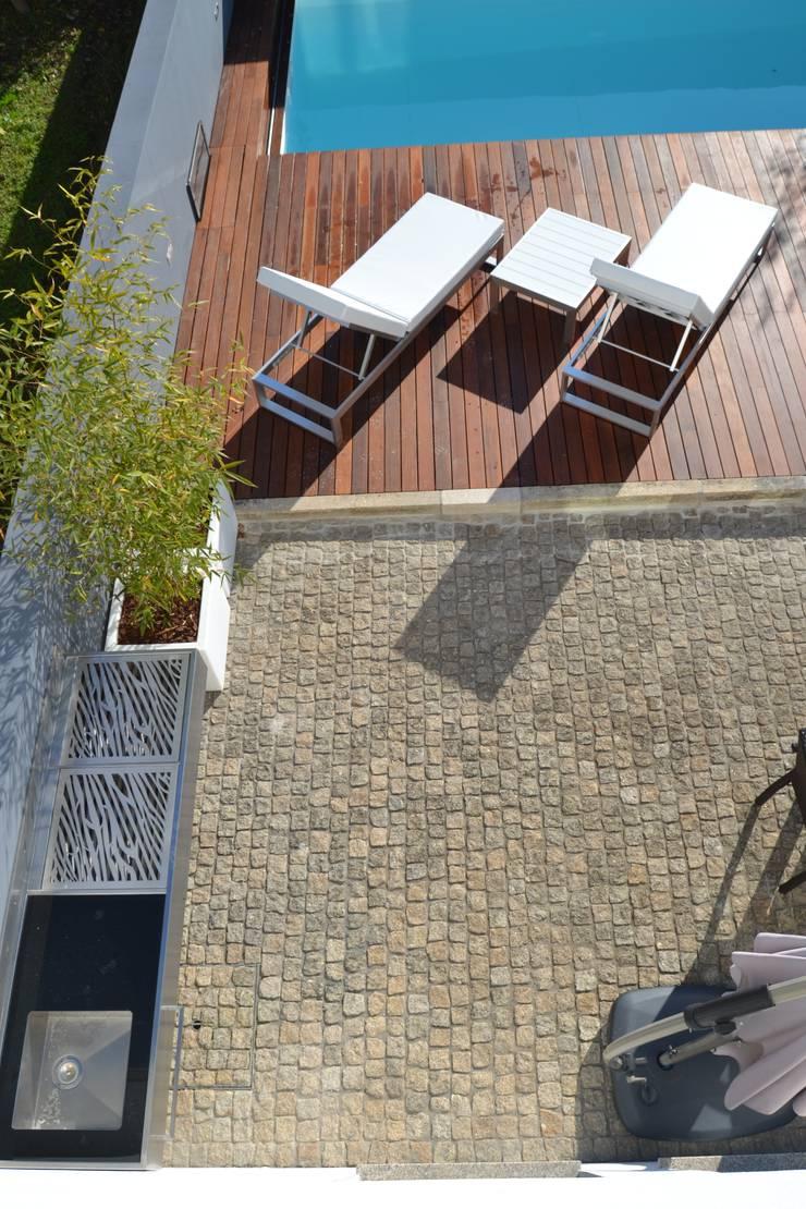 Remodelação de Logradouro / jardim com piscina:   por espaço MUDE