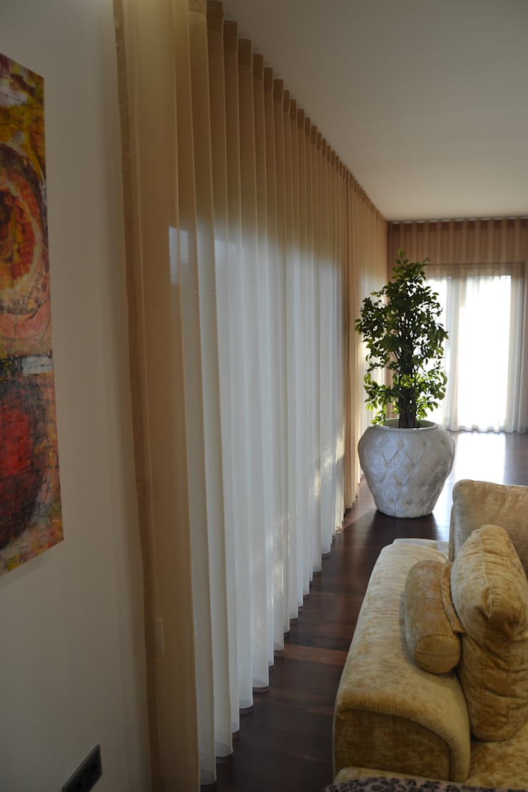 Remodelação de sala comum: Sala de estar  por espaço MUDE