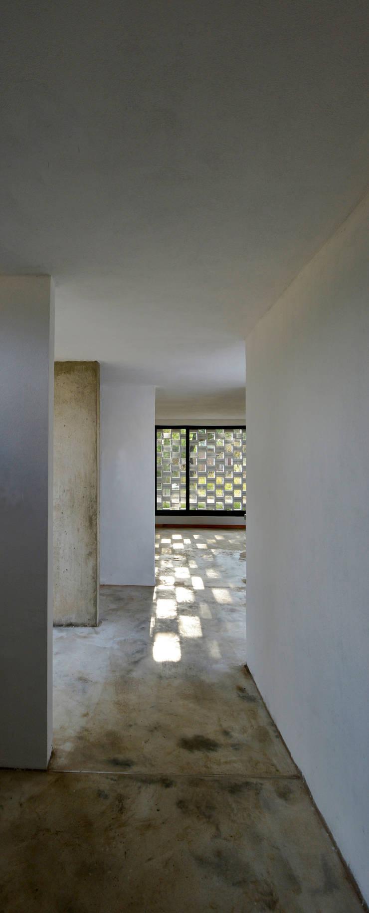 Casa D+S : Pasillos y recibidores de estilo  por BSBarqs.,