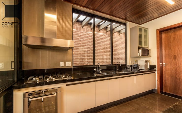 Cocinas de estilo moderno por Cornetta Arquitetura