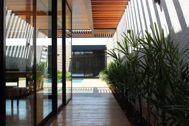 Jardines de estilo  por Cornetta Arquitetura