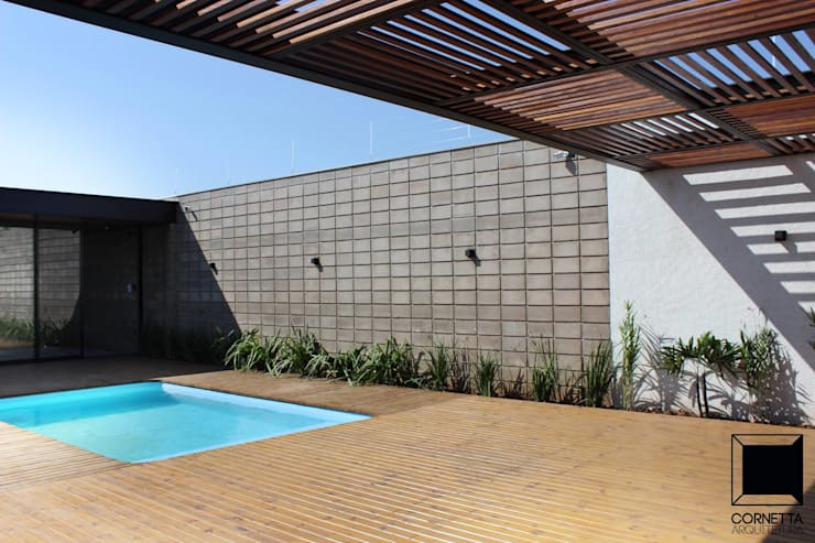 Albercas de estilo  por Cornetta Arquitetura