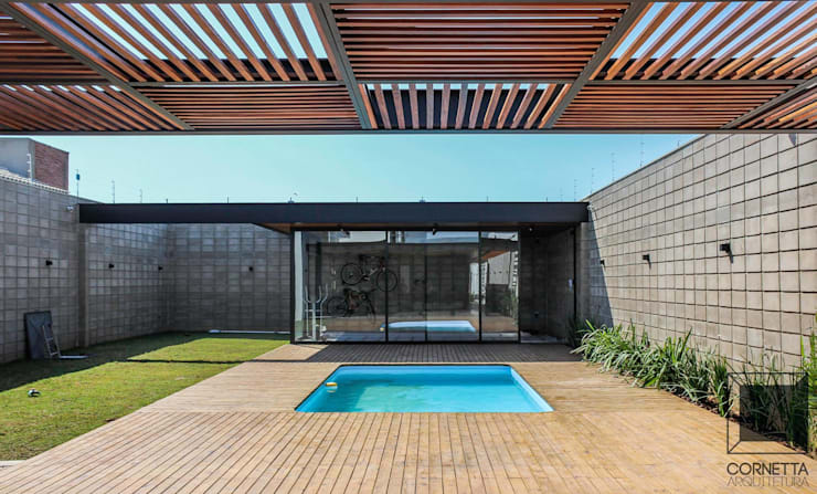 Piscinas de estilo  por Cornetta Arquitetura