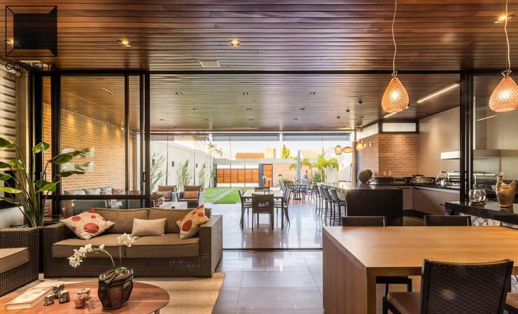 Livings de estilo  por Cornetta Arquitetura