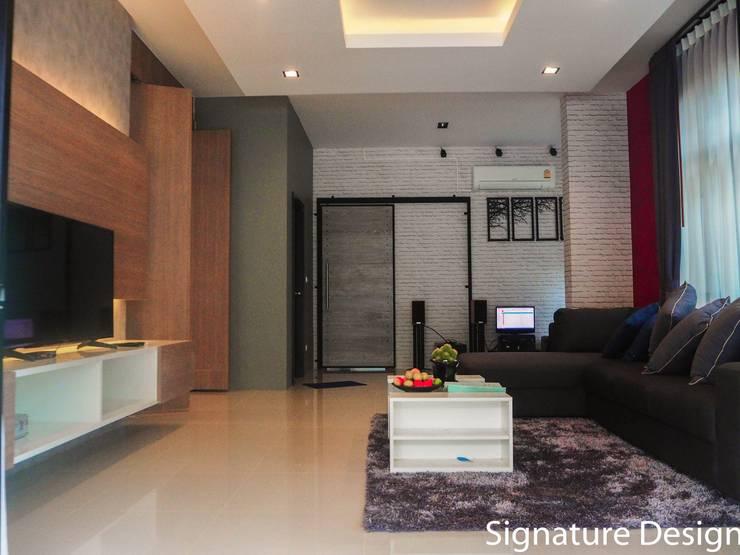ห้องนั่งเล่น-ห้องรับเเขก:   by SignatureDesign