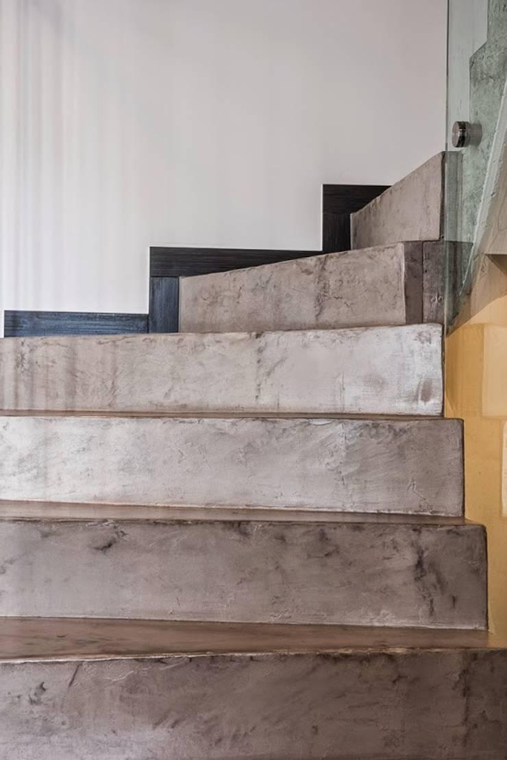 Microcemento en escaleras: Oficinas y tiendas de estilo  por Topciment Microcemento