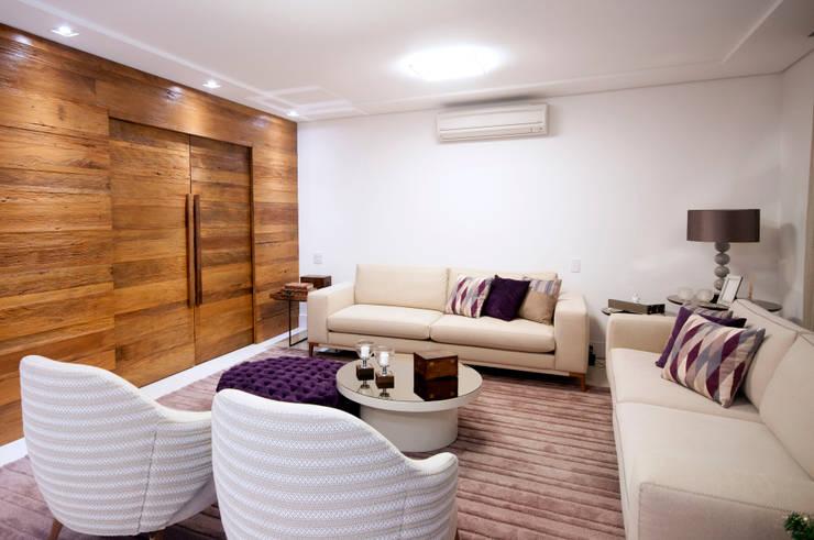 Sala de estar: Salas de estar  por Haus Brasil Arquitetura e Interiores