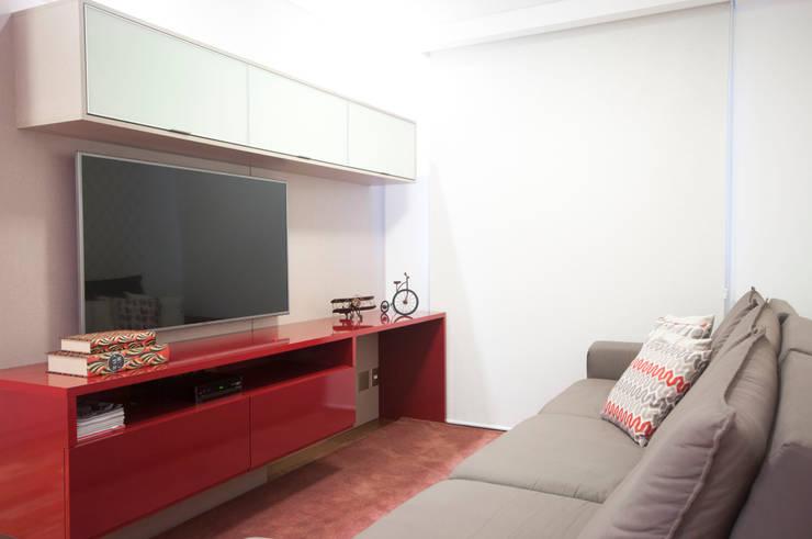 Sala de TV: Salas multimídia  por Haus Brasil Arquitetura e Interiores