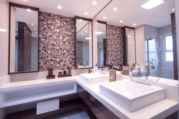 Banheiro suíte master: Banheiros  por Haus Brasil Arquitetura e Interiores
