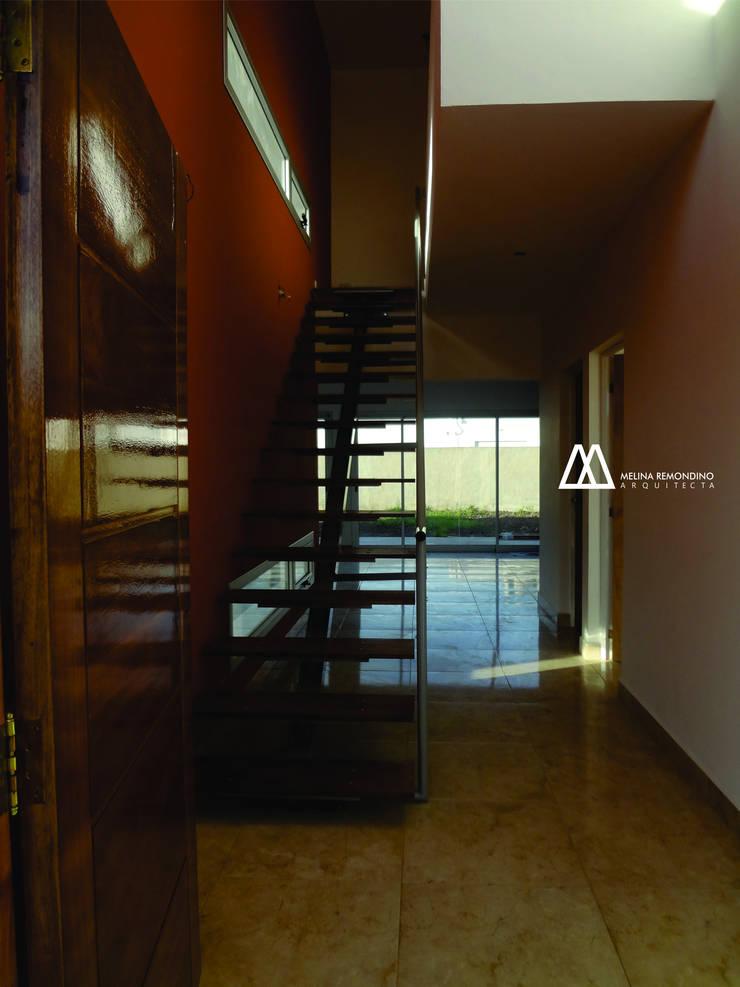 Vivienda Unifamiliar JCA: Pasillos y recibidores de estilo  por Melina Remondino - Arquitecta