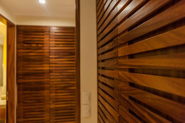 Dressing room by MORADA CUATRO, Modern Wood Wood effect