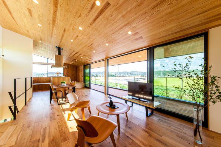 Living room by STaD(株式会社鈴木貴博建築設計事務所)
