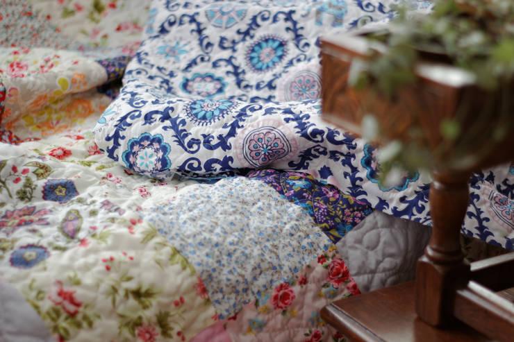 Dormitorios de estilo  por Dom Artystyczny
