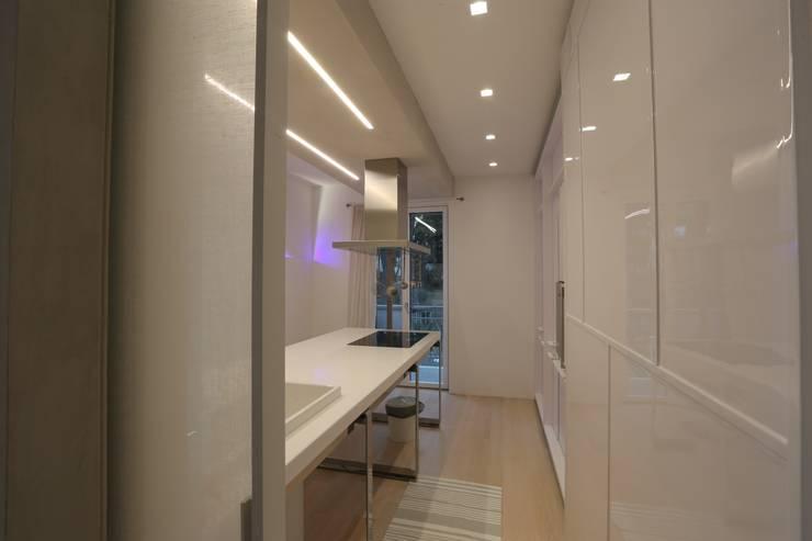 minimalistic Kitchen by RO|a_