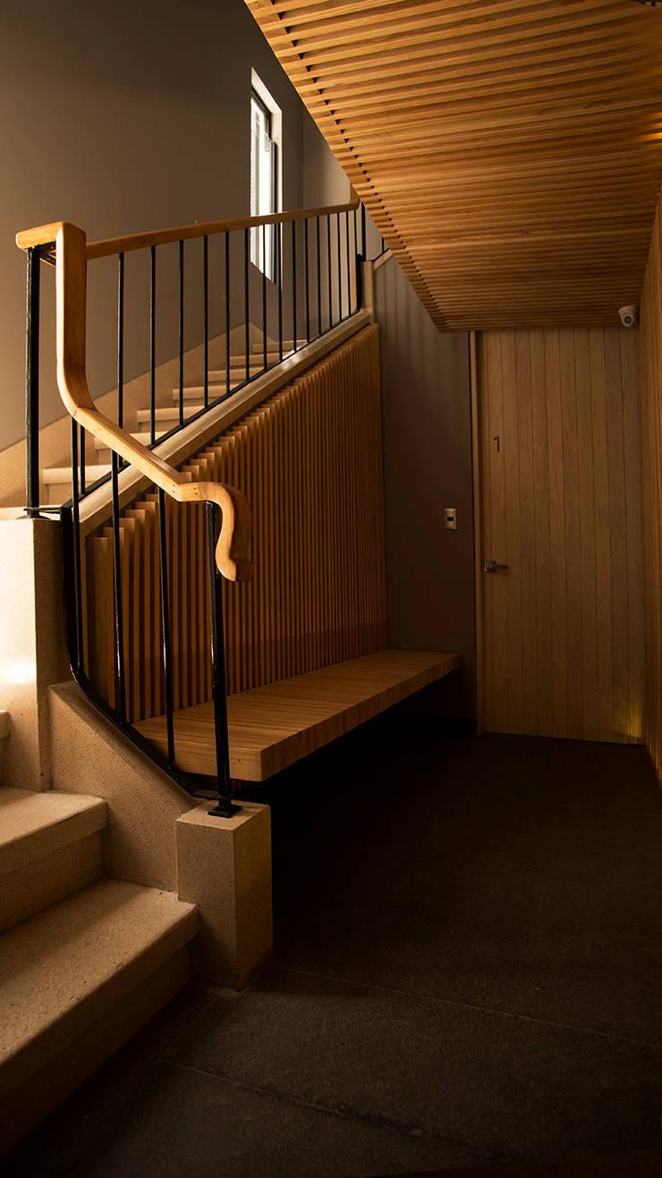 Núcleo de Circulaciones: Pasillos y recibidores de estilo  por Wolff Arquitectura