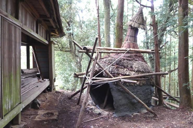 Maisons originales par 建築設計事務所 山田屋 Éclectique Bois massif Multicolore